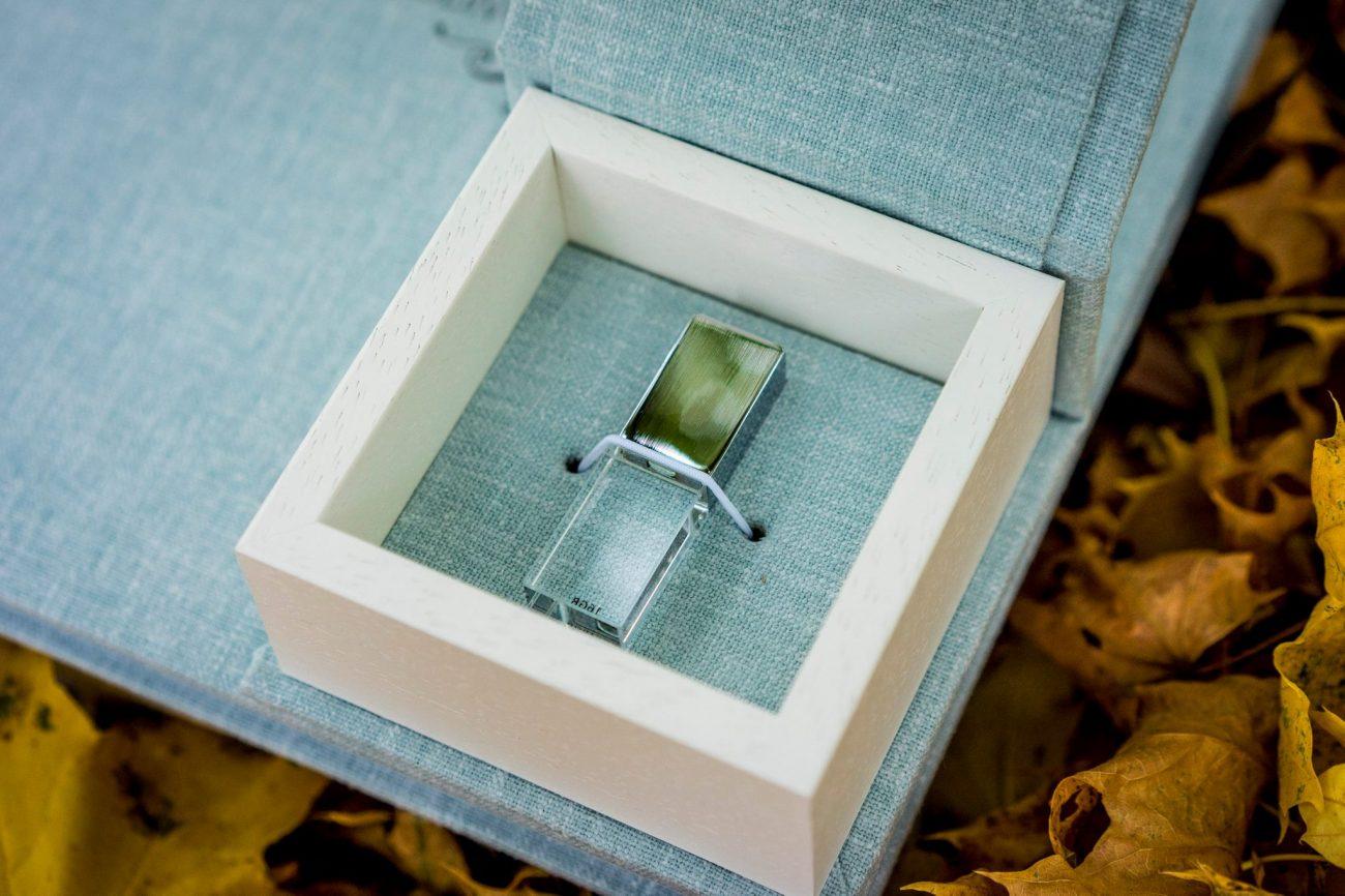 une clé usb en cristal avec son coffret en lin